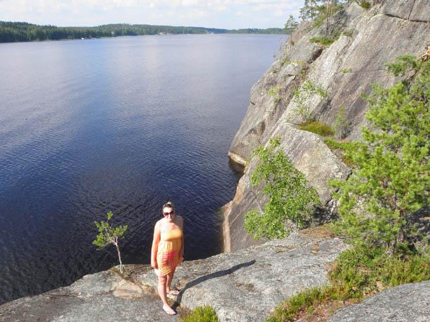 Скалы на озере в Финляндии