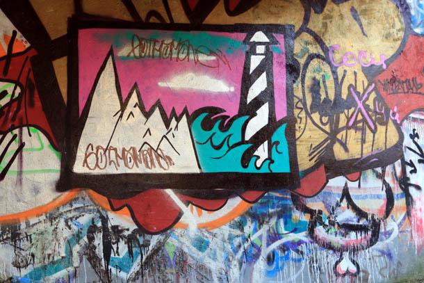 Горы, море и маяк на граффити