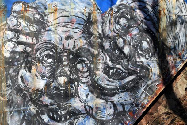 Улыбающаяся парочка с круглыми глазами граффити