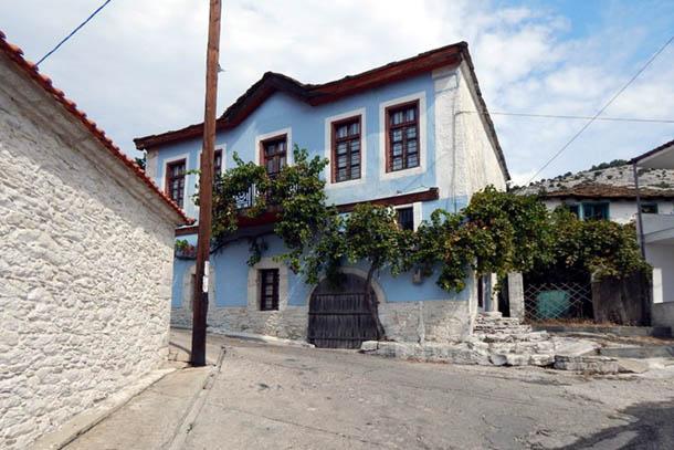 Некоторые дома были проданы иностранцам, которые их реставрировали, превратив в красивые здания.