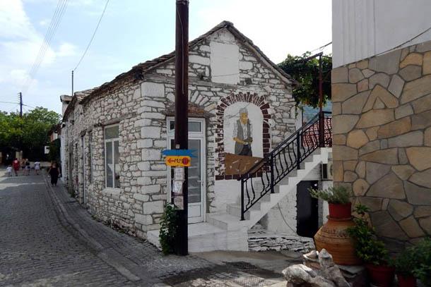 Греческий домик и указатель к музею
