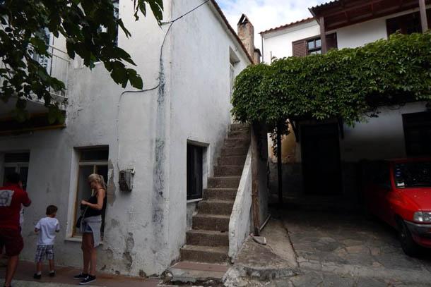 Узкая лестница в одном из двориков