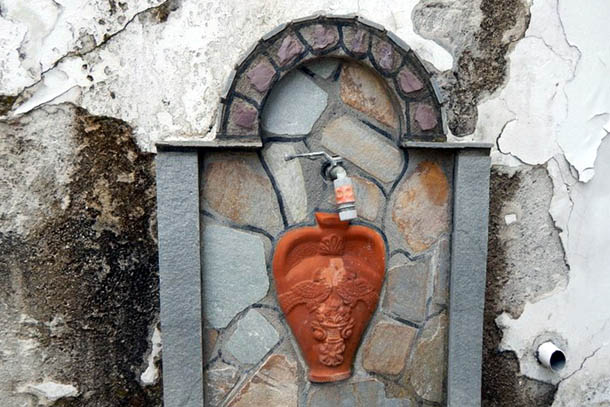 Кран с водой. Питьевая вода на Тасосе - с гор!