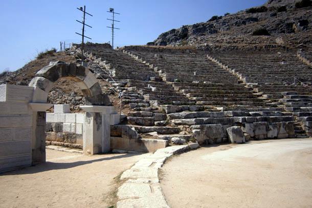 древний амфитеатр в Греции