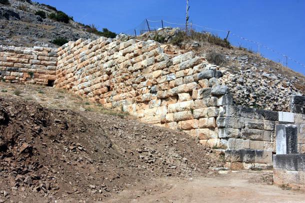 древняя стена из камня