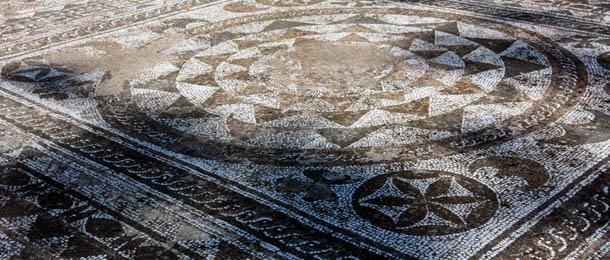 Мозаика перед входом в музей