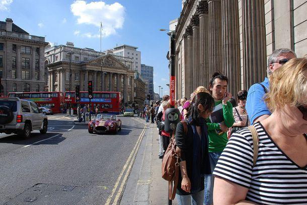 Длинная очередь на улице в Англии