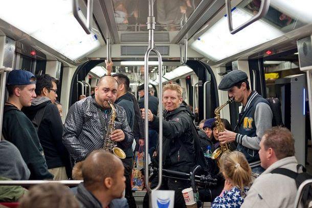 Пассажиры метро во Франции