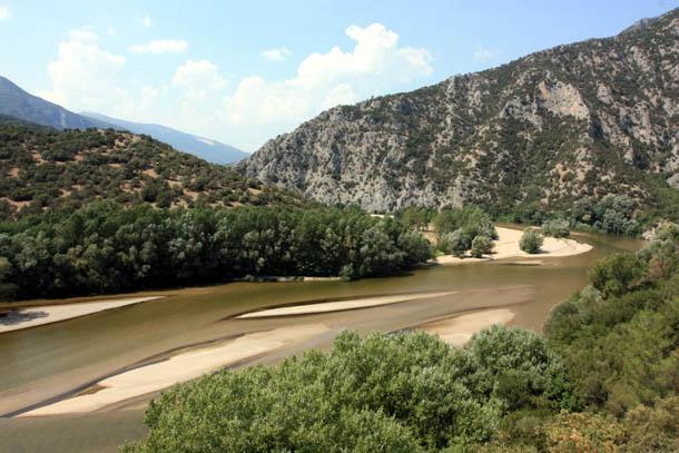 река, небо и горы северной Греции