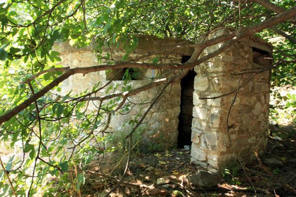 заброшенное строение из камня