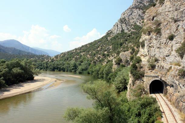 железнодорожный тоннель в скале