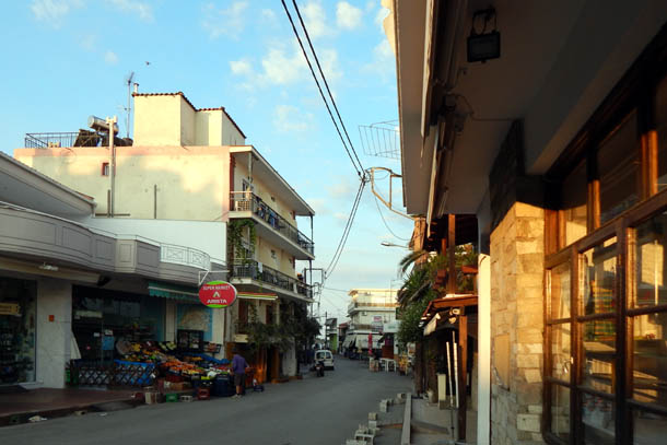 Улица к морю - сувениры, магазины, таверны