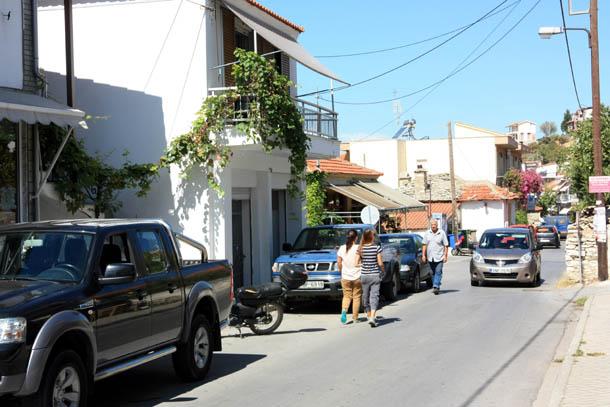 улица с прохожими на Тасосе