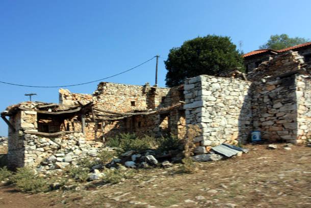 разрушенный дом в Греции