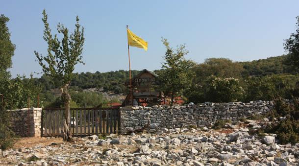 желтый флаг у дома в Греции
