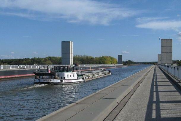 Судно на Магдебургском мосту