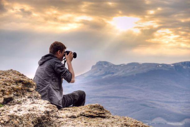 Парень фотографирует пейзаж