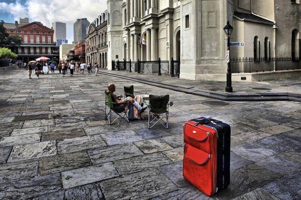 Красный чемодан на улице города