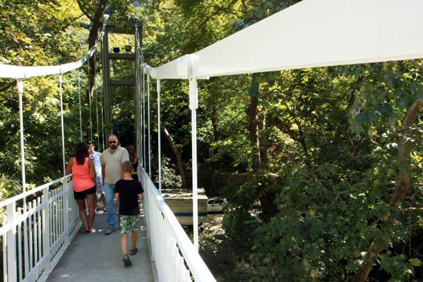 подвесной мостик над ущельем Темпи