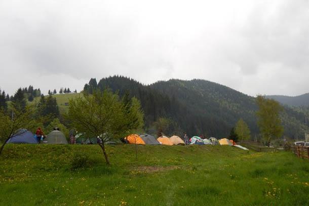 Палаточный городок на берегу Черного Черемоша.