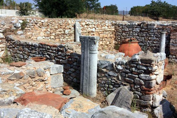 Фундаменты, колонны и старые амфоры