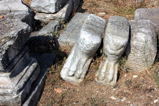 ноги из камня