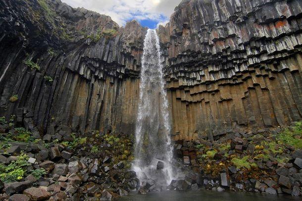 Небольшой водопад в пещере Фингала