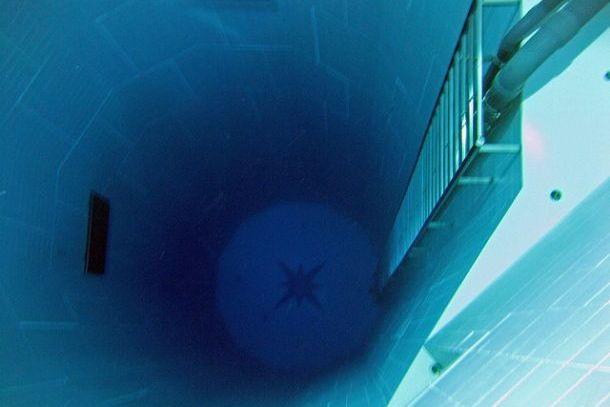 Колодец с лестницей в бассейне Немо 33