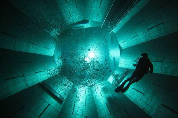 Труба в бассейне для дайвинга  Немо 33 в Брюсселе