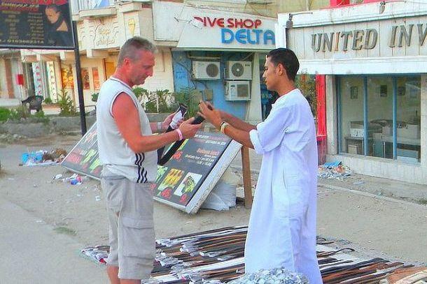 Торговец с туристом на улице, Турция