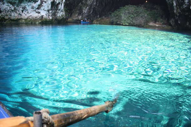 лазурная вода в пещере мелиссани в греции