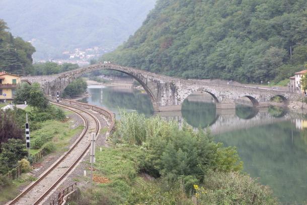 Вид на мост дьявола в Тоскане