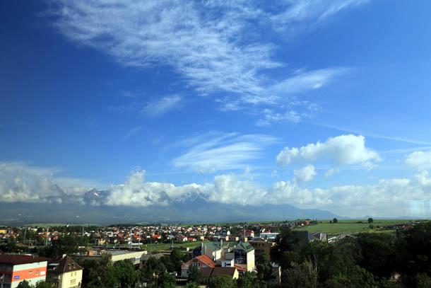синее небо в облаках над горами