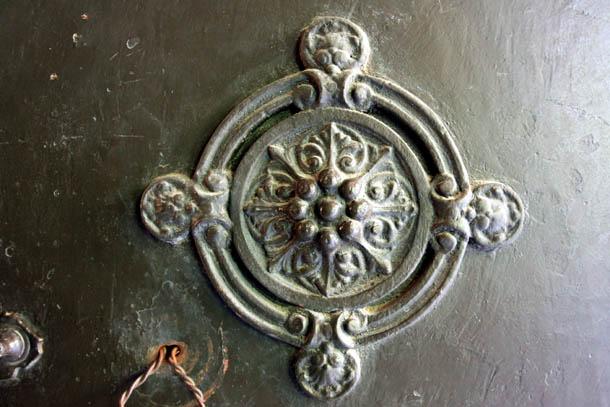 Массивная металлическая дверь