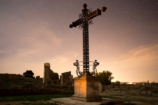 Крест на развалинах монастыря Святого Августина