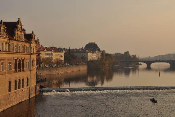 Осенняя Прага, река Влатва