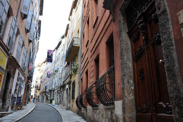 Узкие улочки французского города Грасс