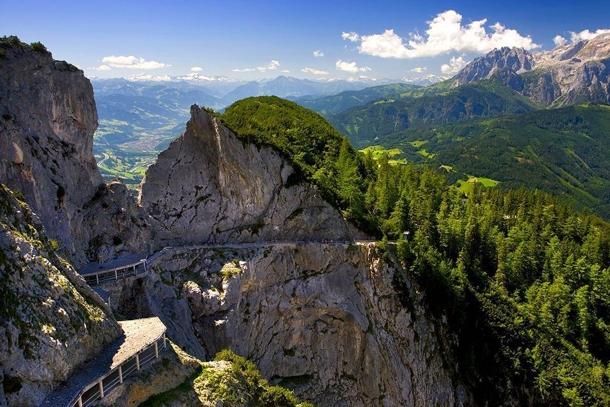 Подъем в пещеру Айсризенвельт и вид на Альпы