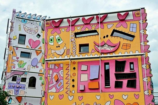 Улыбки на зданиях офисного городка в Брауншвейге