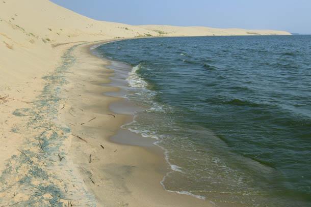небольшие волны на побережье