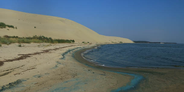 залив, пески и синее небо