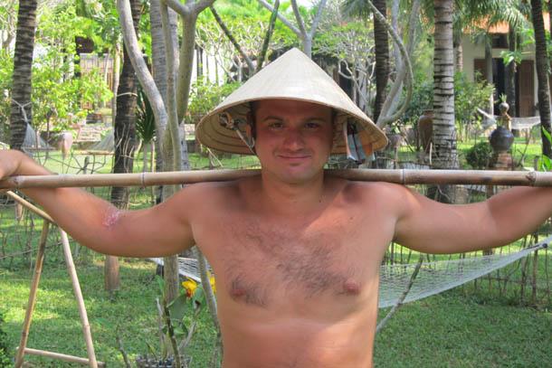 """В национальной вьетнамской соломенной шляпе """"Нон ла"""", Вьетнам"""
