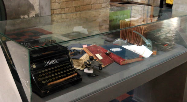 старинная пишущая машинка и книги