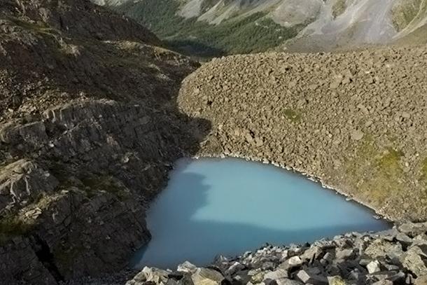 Бирюзовое озеро треугольной формы