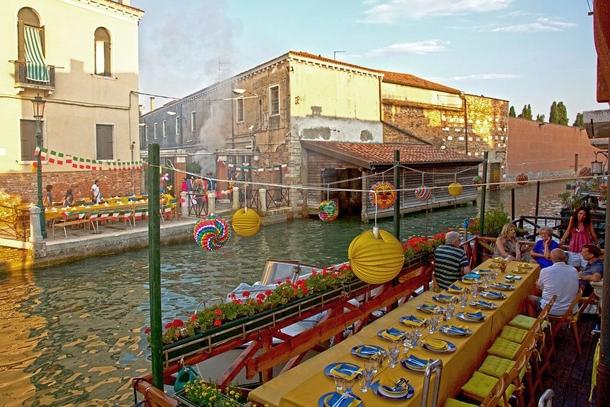 Столик прибрежного кафе в Венеции