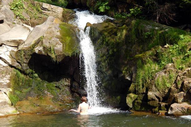 купальщица в водопаде карпат
