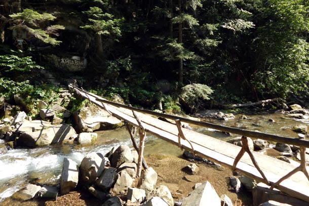 Узкий мостик через речку