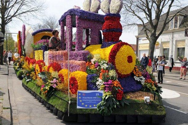 Экспозиция - паровоз устеленный цветами в Кёкенхоф, Нидерланды
