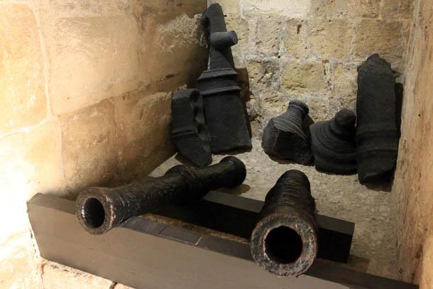 древние орудия при входе