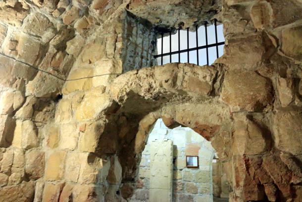 каменные стены